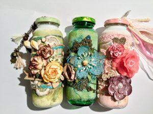 Drei beklebte Smoothieflaschen